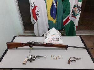 Polícia Militar realiza apreensão de revólveres, fuzil e munições durante cumprimento de mandado judicial