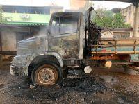 Cabine de caminhão fica destruída após incêndio