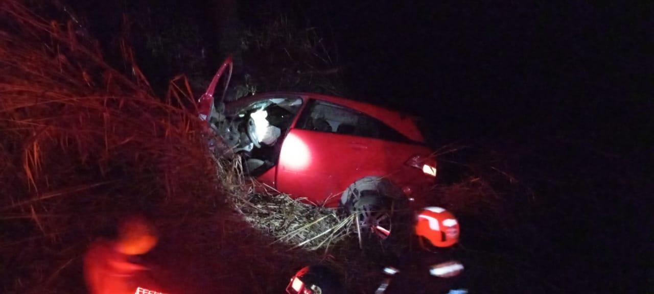 Bombeiros resgatam família após carro cair em ribanceira