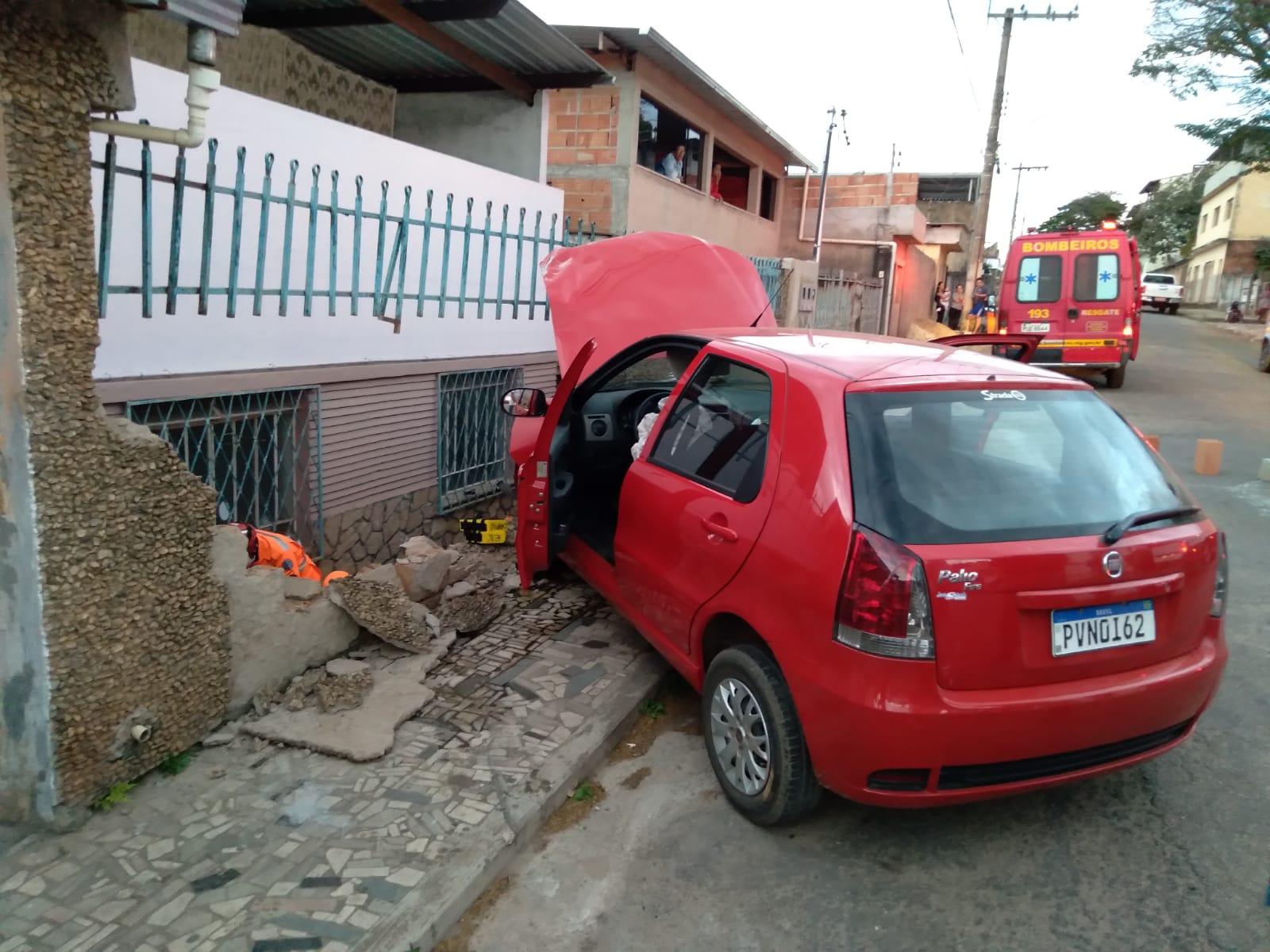 Veículo atinge muro de casa no bairro São Dimas