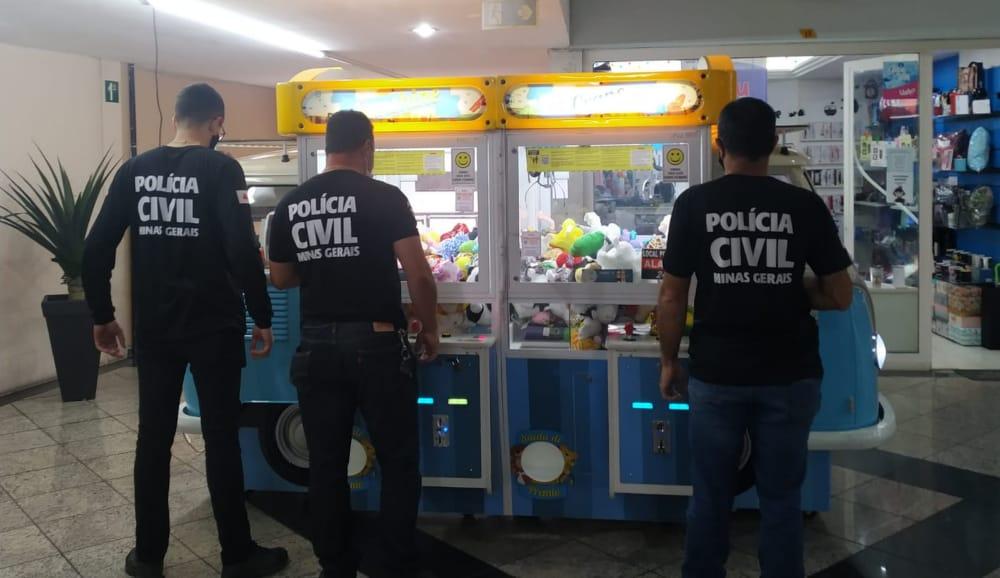 Polícia Civil apreende máquinas de pegar pelúcias